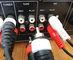 Die Rückseite von einem Stereoverstärker mit Cinch-Eingängen