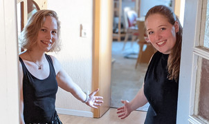zwei Frauen stehen in einer offenen Tür